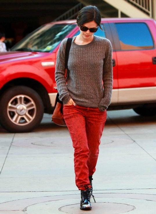 calça vermelha manchada
